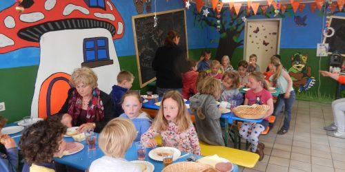 Kinderontbijt in de recreatieruimte op camping de Kienehoef