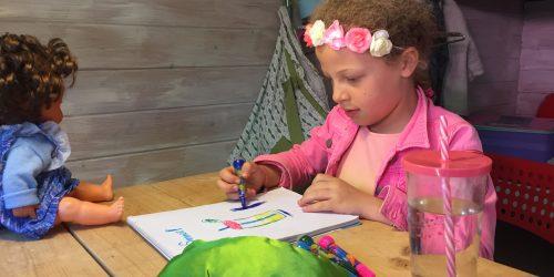 Kleuren en tekenen in de zwerfhut op de Kienehoef
