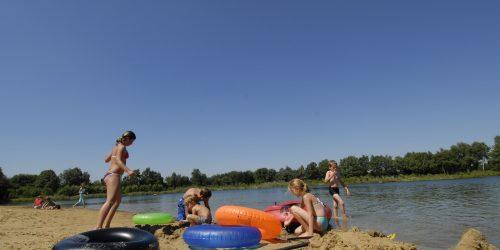 Heerlijk spelen op het zandstrand bij het recreatiemeer, camping de Kienehoef