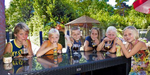 Gezellig een drankje op het terras bij het zwembad