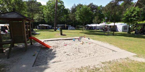 Speeltoestel op het autovrije kampeerveld met honden (plaats 5 - 28)
